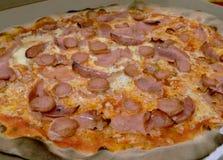 Pizza italiana de la carne, horno delicioso, de madera Fotografía de archivo libre de regalías