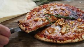 Pizza italiana de la comida almacen de metraje de vídeo