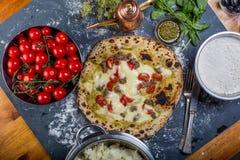 Pizza italiana de TradTraditional con el tomate, el salsicia y el pesto en una pizza italiana vegetariana del bitional con pimien Fotos de archivo