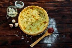 Pizza italiana deliciosa com queijo em uma tabela de madeira imagens de stock