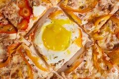 Pizza italiana deliciosa con el primer de la opinión superior del huevo fotografía de archivo libre de regalías