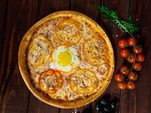 Pizza italiana deliciosa con el primer de la opinión superior del huevo imagenes de archivo