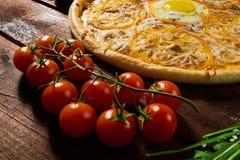 Pizza italiana deliciosa con el primer de la opinión superior del huevo imágenes de archivo libres de regalías