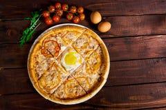 Pizza italiana deliciosa con el primer de la opinión superior del huevo foto de archivo libre de regalías
