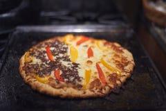 Pizza italiana deliciosa de la carne de vaca y de queso con pimientas Imagen de archivo