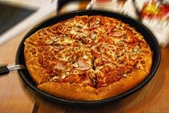 Pizza italiana deliciosa en una cacerola en el restaurante Foto de archivo