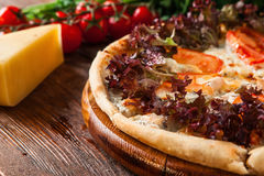 Pizza italiana deliciosa fresca decorada com manjericão Foto de Stock Royalty Free