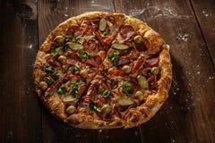 Pizza italiana deliciosa servida en la tabla Imagen de archivo