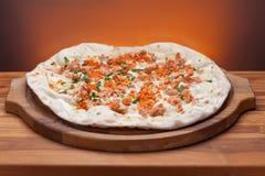 Pizza italiana deliciosa servida en la tabla de madera Imagen de archivo libre de regalías