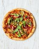 Pizza italiana deliciosa servida en la tabla de madera Foto de archivo