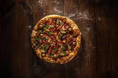 Pizza italiana deliciosa servida en la tabla de madera Fotos de archivo libres de regalías