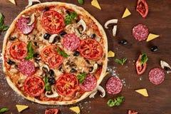 Pizza italiana deliciosa servida en la tabla de madera Imagenes de archivo