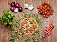 Pizza italiana deliciosa servida na tabela de madeira Foto de Stock Royalty Free