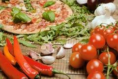 Pizza italiana deliciosa servida na tabela de madeira Foto de Stock