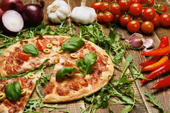 Pizza italiana deliciosa servida na tabela de madeira Imagens de Stock Royalty Free