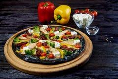 Pizza italiana deliziosa aromatizzata calda immagini stock libere da diritti