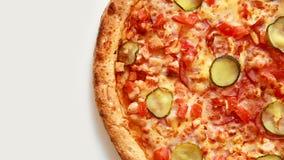 Pizza italiana deliziosa che fila sui precedenti bianchi archivi video