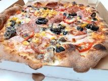Pizza italiana deliziosa in scatola fotografie stock