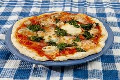 Pizza italiana deliziosa sulla tavola Fotografia Stock