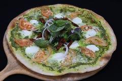 Pizza italiana della crosta sottile con la salsa di pesto del basilico fotografie stock libere da diritti