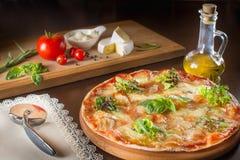 Pizza italiana delle vere merguez calde con salame e formaggio la cima rivaleggia Immagine Stock Libera da Diritti