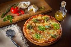 Pizza italiana delle vere merguez calde con salame e formaggio la cima rivaleggia Fotografia Stock
