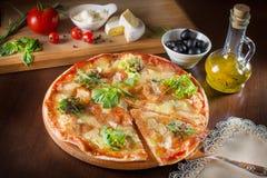 Pizza italiana delle vere merguez calde con salame e formaggio la cima rivaleggia Immagini Stock Libere da Diritti