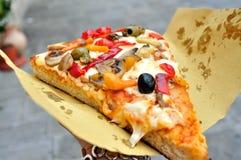 Pizza italiana do vegetariano nas ruas de Itália Fotografia de Stock