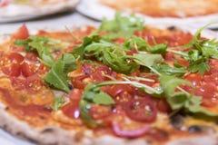 Pizza italiana e mediterrânea, com o foguete fresco da extremidade do tomate imagens de stock