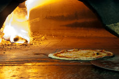 Pizza italiana em um forno ardente de madeira Foto de Stock Royalty Free