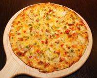 Pizza italiana en la cubierta de madera fotografía de archivo libre de regalías