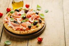 Pizza italiana en la tabla de madera Foto de archivo libre de regalías