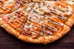 Pizza italiana en la tabla de madera Foto de archivo