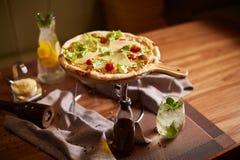 Pizza italiana en soporte imágenes de archivo libres de regalías