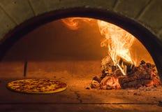 Pizza italiana fresca Imagenes de archivo