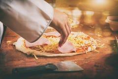 Pizza italiana fresca fotografia stock libera da diritti