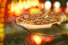 Pizza italiana fresca sulla pala immagine stock libera da diritti