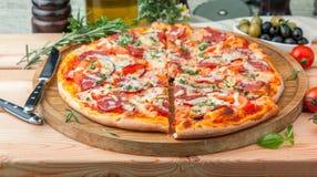 Pizza italiana grossa Fotos de Stock Royalty Free