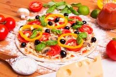 Pizza italiana preparada Fotos de archivo libres de regalías