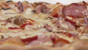 Pizza italiana rústica con el jamón, el kaiser, la mozzarella y las setas almacen de metraje de vídeo