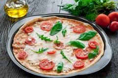 Pizza italiana rústica con la mozzarella, el queso y la albahaca Fotografía de archivo libre de regalías