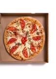 Pizza italiana sabrosa con el jamón y las verduras en caja Foto de archivo