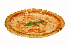 Pizza italiana saporita con isolato su fondo bianco Immagini Stock