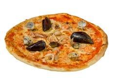 Pizza italiana saporita con isolato su fondo bianco Fotografia Stock Libera da Diritti