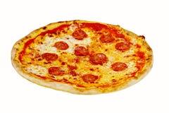 Pizza italiana saporita con la salsiccia isolata su fondo bianco Immagine Stock