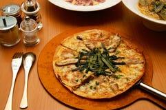 Pizza italiana servida muy caliente Fotos de archivo libres de regalías