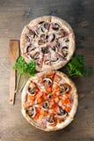 Pizza italiana su un fondo di legno marrone immagini stock libere da diritti