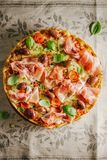Pizza italiana sul tessuto rustico Fotografia Stock