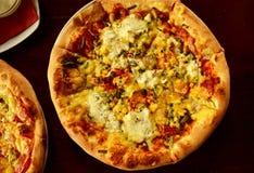 Pizza italiana sulla tavola di legno con gli ingredienti immagini stock