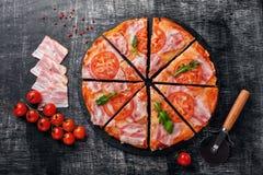 Pizza italiana tradicional com mozzarella, presunto, tomates imagens de stock